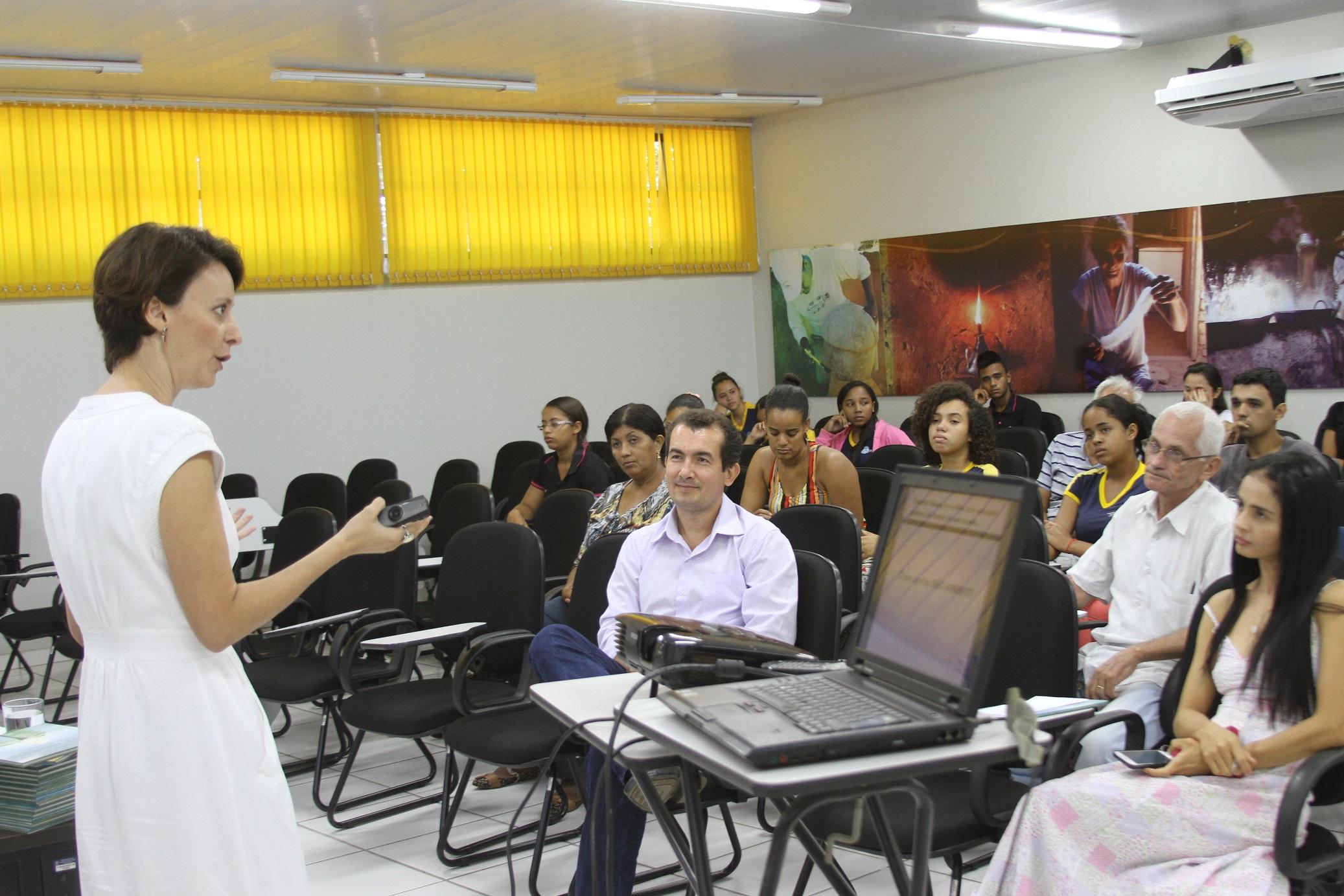 Professora Juliana Mariano Alves, durante palestra sobre paisagem cultural e meio ambiente