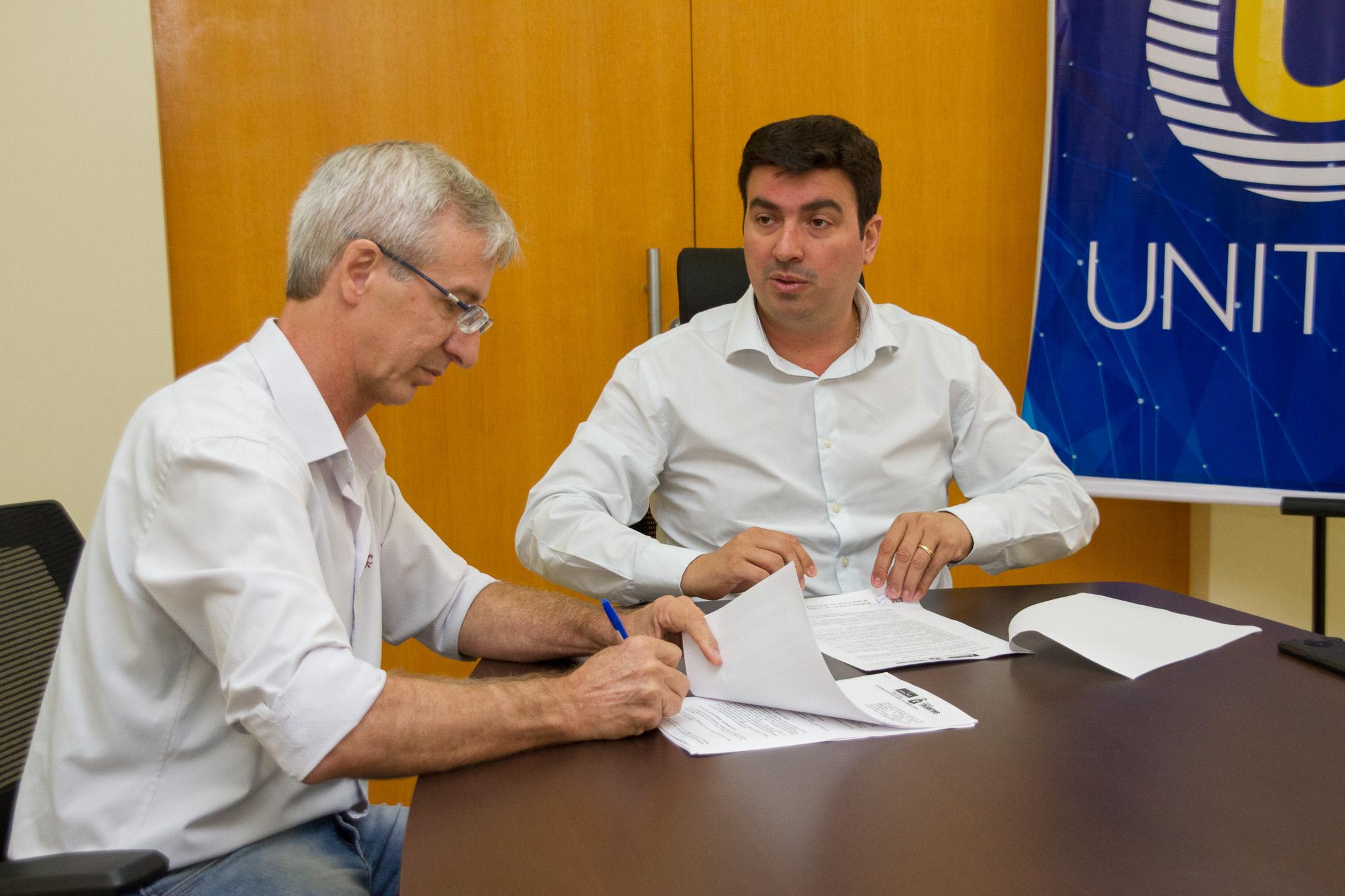 Reitor Augusto Rezende e presidente do Ruraltins Pelizari Júnior durante assinatura de Termo de Cooperação Técnica