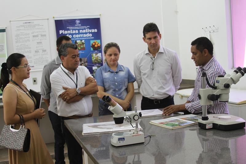 Professor Eduardo Ribeiro explica sobre os trabalhos de pesquisa desenvolvidos pela Unitins