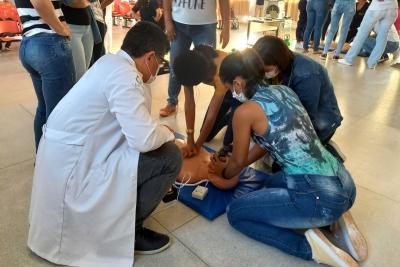 Acadêmicos de Enfermagem participam de aula prática sobre parada cardiorrespiratória