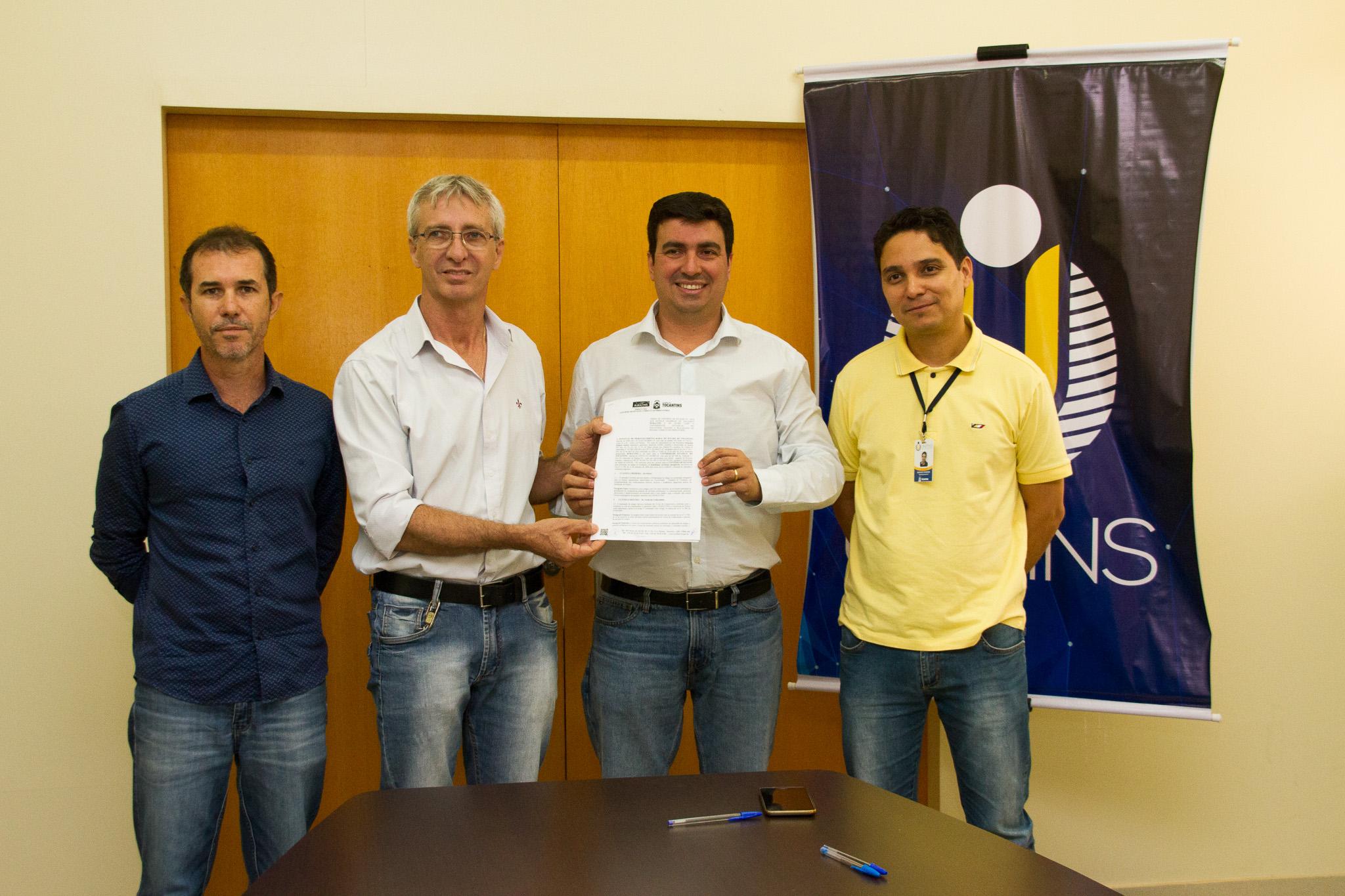 Reitor da Unitins Augusto Rezende com o presidente do Ruraltins Pelizari Júnior, ladeados pelos professores Fred Newton e Rodrigo Barbosa
