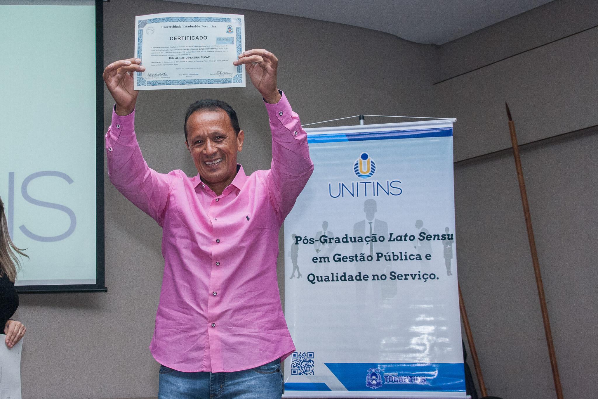 Ruy Bucar comemora com certificado de especialista pela Unitins