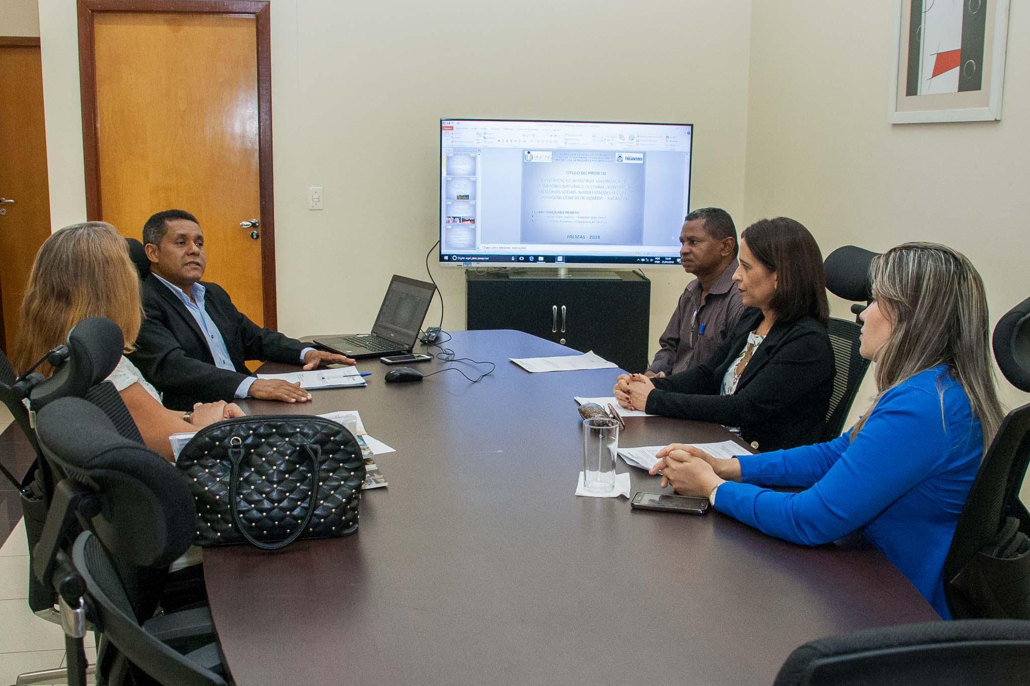 O professor Eduardo Ribeiro, faz apresentação do projeto de resgate da cultura de Lizarda para gestores do município
