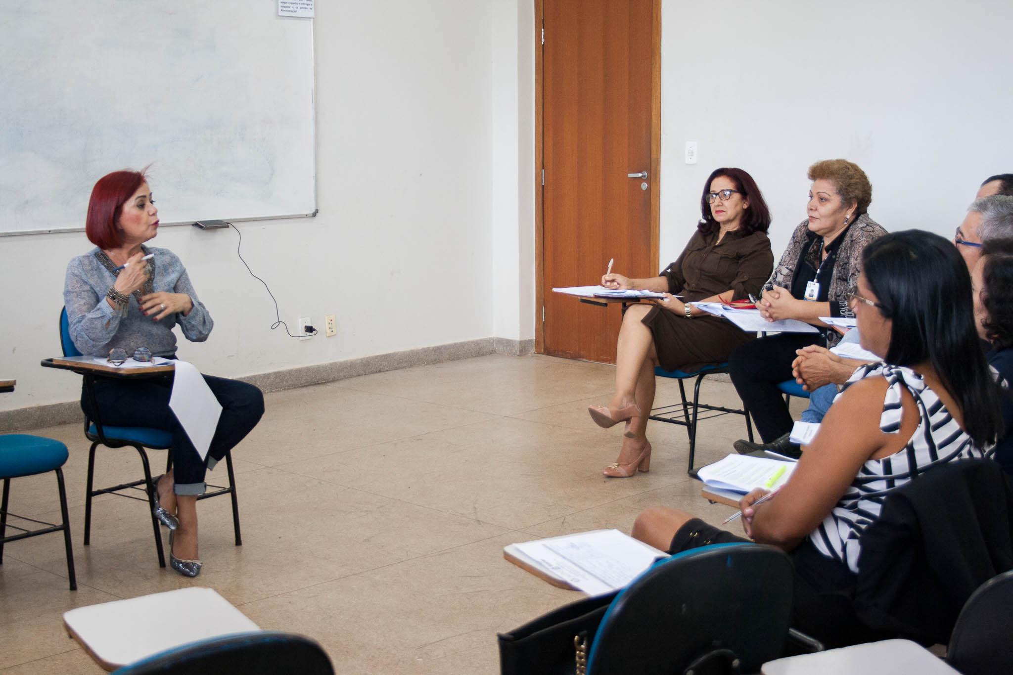 Professora Beth Toledo em sala de aula com assessores pedagógicos tratando de temas comuns a todos os câmpus