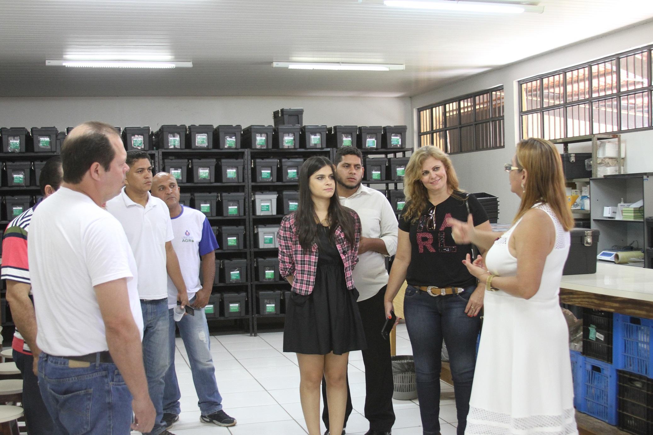Professora Antônia Custódia Pedreira apresenta mostra acervo do Nuta aos visitantes