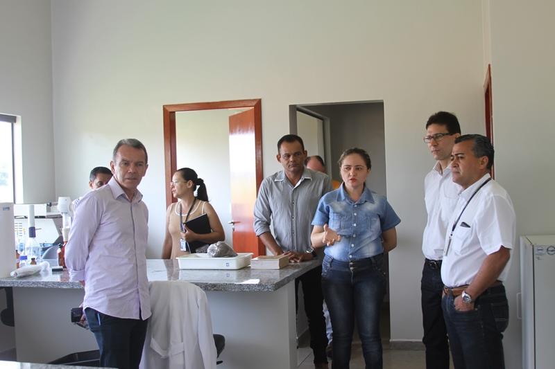 Reitora Elizângela Glória Cardoso mostra o complexo laboratorial da Unitins e fala da sua vocação para contribuir com o desenvolvimento do Estado