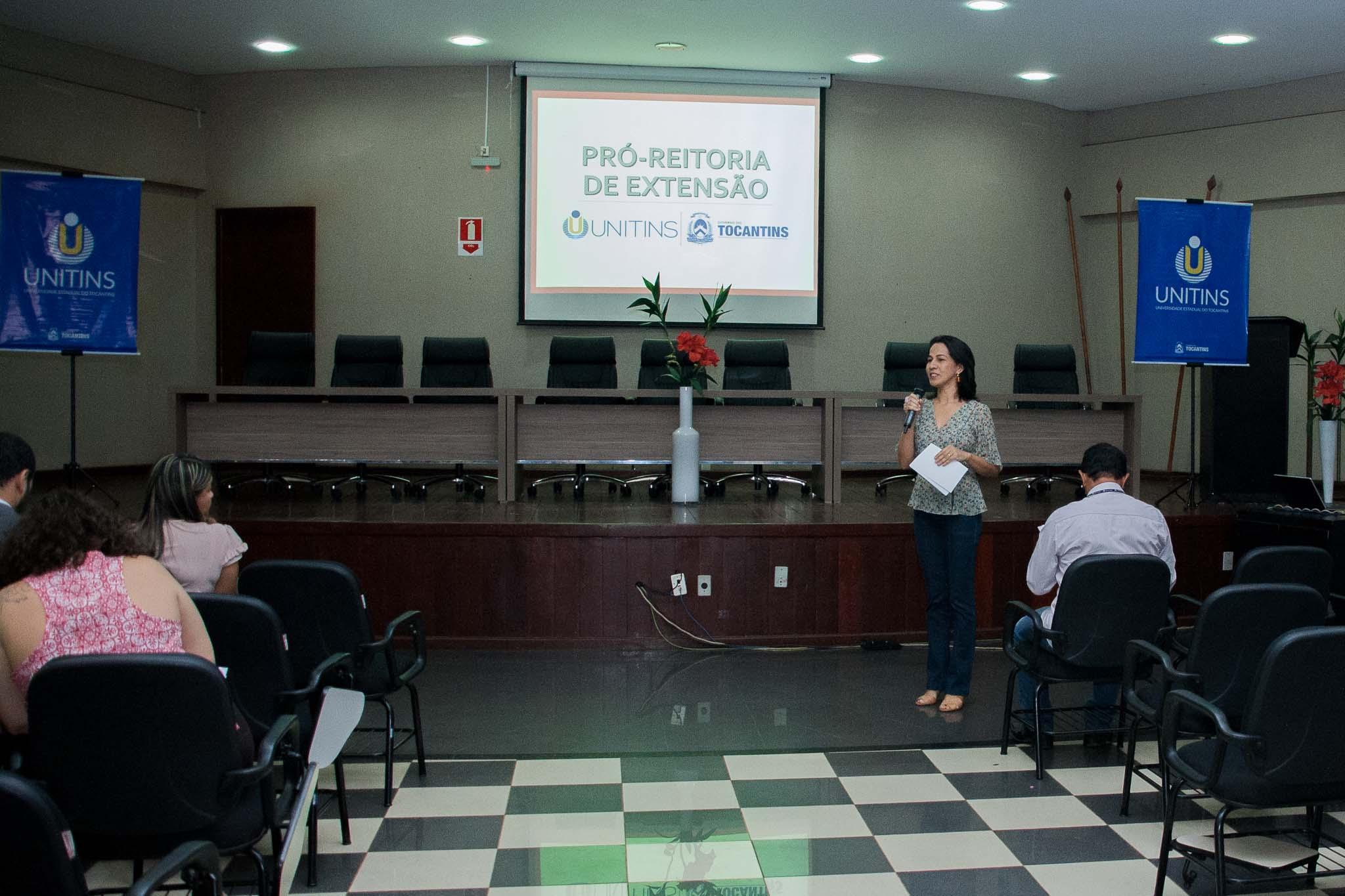 Pró-Reitora de Extensão Arely Soares durante apresentação das políticas de Extensão e Assuntos Estudantis